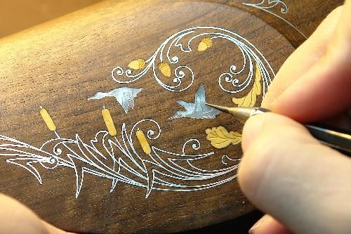 острым резцом прорезаю тонкие перья птиц